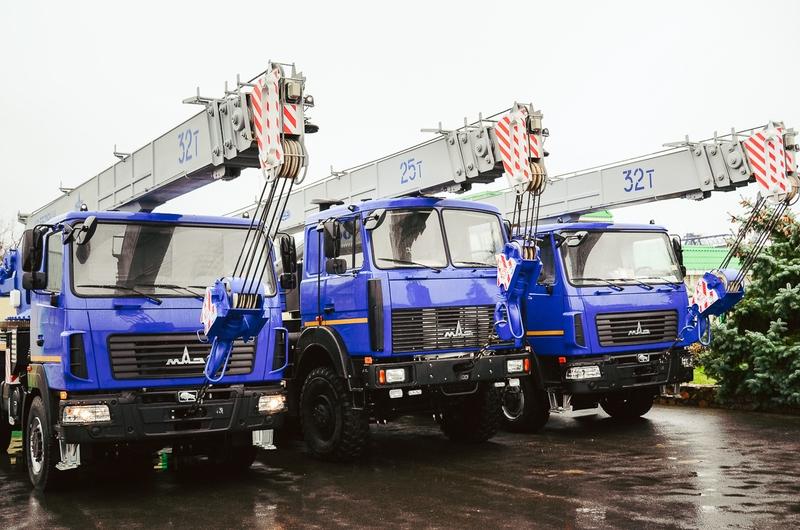 МАЗ выпустил 32-тонный автокран, который можно ездить по дорогам без спецразрешения